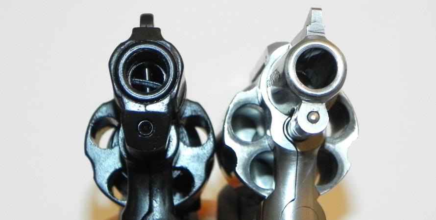 Lauf einer Schreckschusswaffe im Vergleich zu echter Waffe